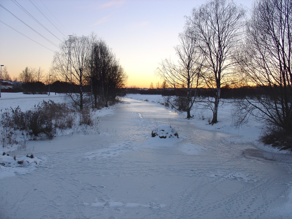 Sunset_at_the_frozen_river_(399158333)
